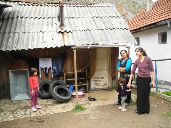 Trošna kuća u kojoj živi ova velika porodica