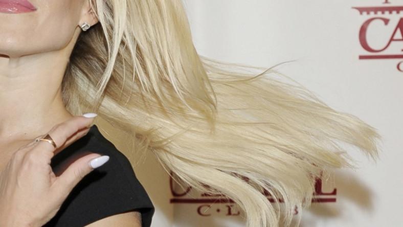 Czy jej włosy wyglądają naturalnie?