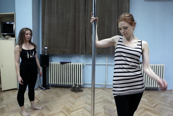 Svakodnevna vežba u studiju za ples oko šipke