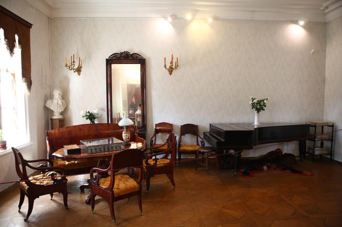 Na ovom klaviru svirao je Rahmanjinov, ovde je pevao Šaljapin, a Maksim Gorki sa domaćinom igrao šah