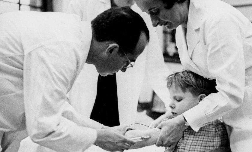 Polio przetaczało się przez społeczności niczym walec. Bez różnicy - imigranci, bogaci, biedni.