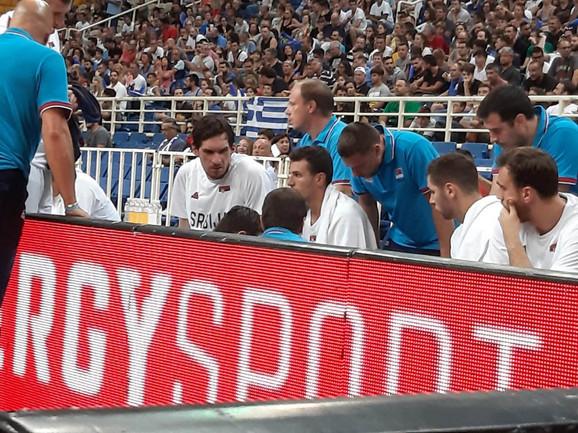 Odmah mi je sve bilo jasno: Dragan Milosavljević razgovara sa doktorima i saigračima po izlasku iz igre