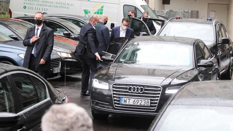 Premier RP Mateusz Morawiecki przed siedzibą PiS na ul. Nowogrodzkiej