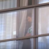 Nije se ni raspakovao, a već je zapanjio Australiju! Paparaci SNIMILI NOVAKA kad je stigao u karantin, prišao je prozoru i uradio ovo - a onda je počeo... /VIDEO/