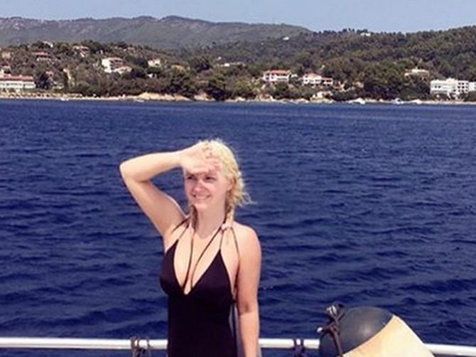 Majo, ŠTA TI BI? Pevačica okačila sliku iz Grčke, ali svi ZAPANJENO GLEDAJU U DONJI DEO SLIKE