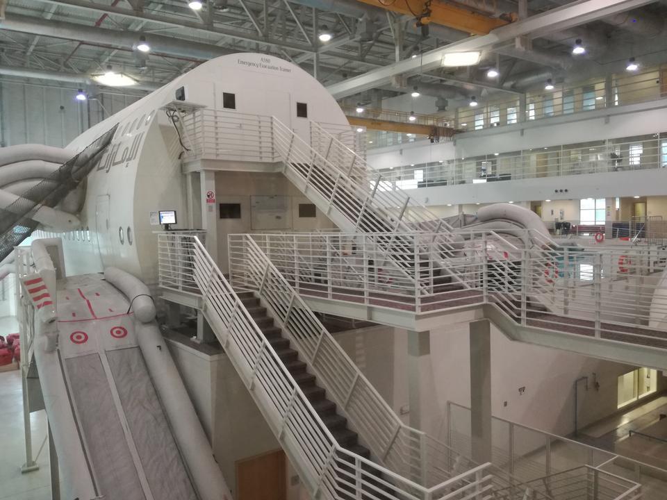Emirates Aviation College to nie tylko symulatory lotów. Tu również szkolą się stewardzi i stewardessy, m.in. jak w ciągu maksymalnie 90 sekund za pomocą połowy wyjść ewakuować całego Airbusa A380.