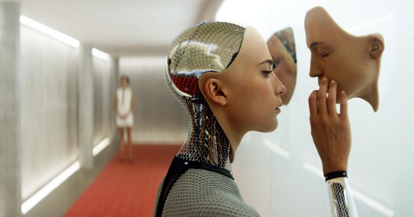Kadr z filmu Ex Machina - brytyjskiego thrilleru science fiction