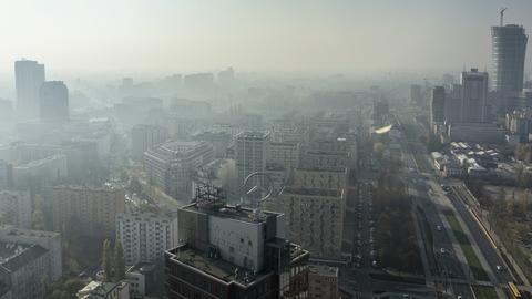Smog nie jest problemem nowym - prędko też nie zniknie. To zdjęcie w centrum Warszawy zrobiono na początku listopada 2015 roku