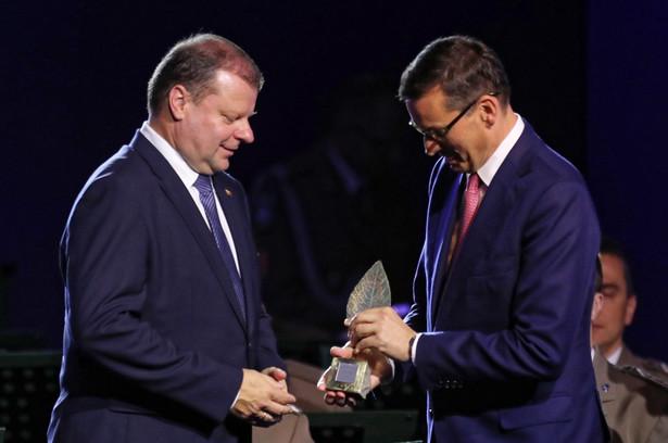 Premier Litwy Saulius Skvernelis odebrał nagrodę Człowieka Roku z rąk premiera RP Mateusza Morawieckiego podczas XXVIII Forum Ekonomicznego w Krynicy.
