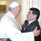 """""""SKINITE TO ZLATO, DAJTE SIROMAŠNIMA!"""" Samo je Maradona mogao ovako da ODBRUSI papi, a Dijego se i ODREKAO katoličke crkve!"""
