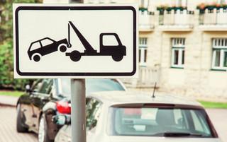 Odholowany pojazd: Pobieranie opłat za każdą rozpoczętą dobę niezgodne z prawem