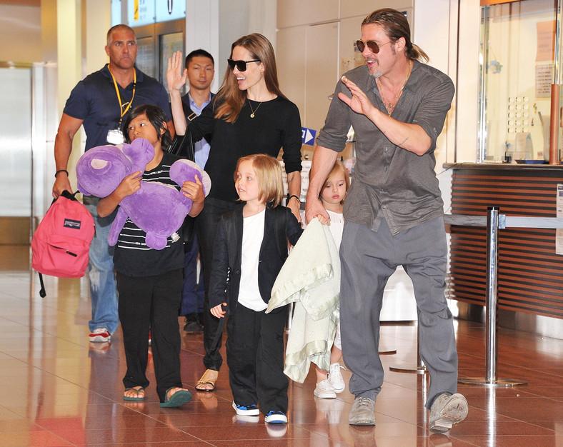 Angelina Jolie and Brad Pitt with children (Tokyo, 2013)