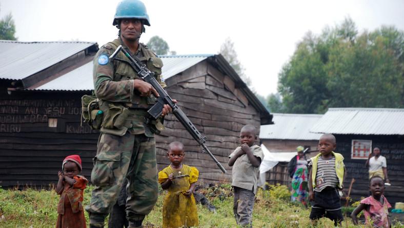 """Dotąd Kabila kategorycznie nie zgadzał się na rozmowy, ale przyparty do muru będzie musiał się na nie zapewne zgodzić. Na swoje wojsko nie może liczyć - na widok partyzantów żołnierze biorą nogi za pas, przed ucieczką plądrując miasta, których mieli strzec. Kabila nie może też liczyć na wojska ONZ, która szkoliły jego rządową armię i nadzorowały przestrzeganie rozejmu. Jednak półtora tysiąca """"błękitnych hełmów"""" z RPA, Urugwaju i Indii przyglądało się tylko, jak rebelianci bez jednego strzału zajmowali Gomę. """"Nie jesteśmy tu po to, by zastępować rządowe wojsko, lecz by strzec ludności cywilnej"""" - ogłosił rzecznik ONZ."""