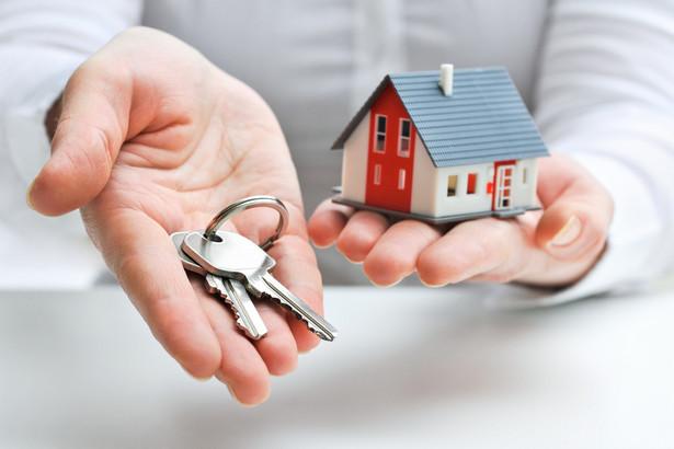 Teoretycznie powierzającym środki na mieszkaniowy rachunek powierniczy winien być konsument, lecz art. 3 pkt 4 ustawy nie używa tej nazwy.