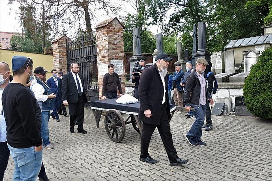 Żydowski pogrzeb po latach. Szczątki znaleziono w gruzach w Warszawie