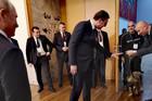 """(FOTO, VIDEO) PUTIN: """"PRESLADAK JE!"""" Evo kako je šarplaninac, poklon Vučića, reagovao na ruskog predsednika"""