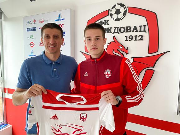Lazar Popović na potpisivanju ugovora sa Voždovcem