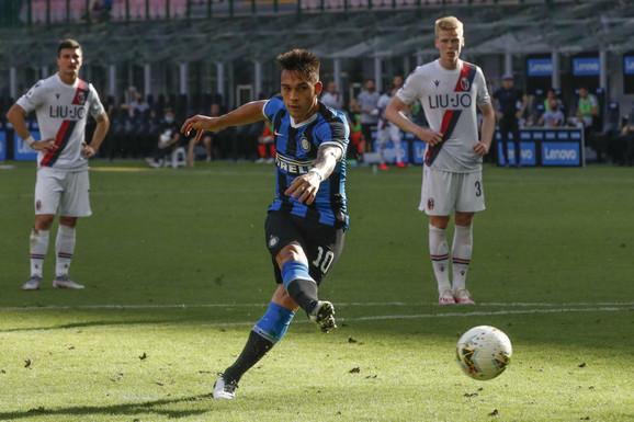 Lautaro Martinez šutira penal (i ne koristi ga) na meču Inter - Bolonja