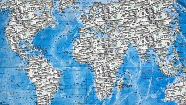 Mapa świata, dolary Fot. Shutterstock