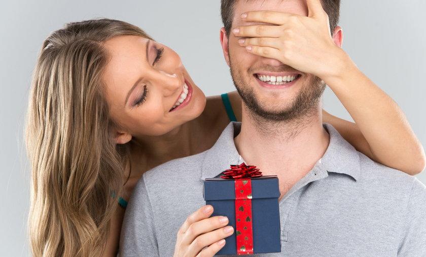 kobieta, prezent, mężczyzna