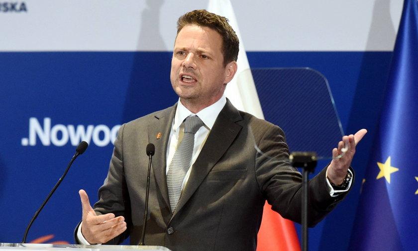 Prezydent Warszawy Rafał Trzaskowski krytykuje Donalda Tuska za niektóre zmiany personalne.