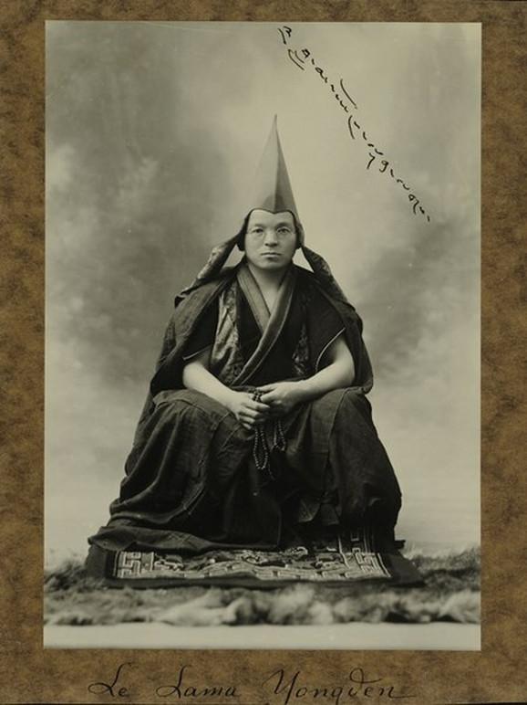 Lama Jongden pratio je Aleksandru na putovanjima, a usvojila ga je 1929.