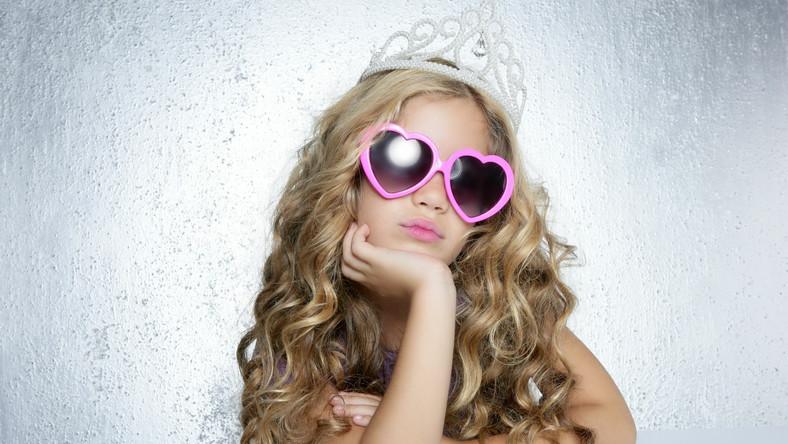 Chwalenie dziewczynek za ich wygląd może prowadzić do zaburzenia wartości w dorosłym życiu