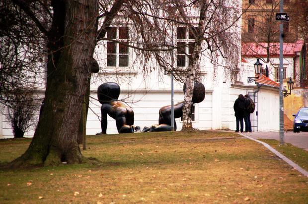 Praga, miminka - rzeźba Davida Cernego na Kampie