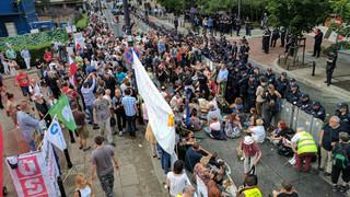 Policja: Utrudnienie w ruchu w związku z protestami w Warszawie