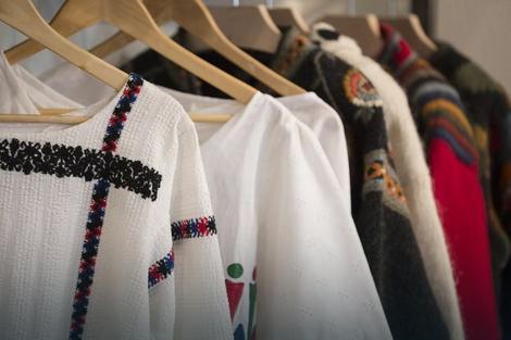 Tu su čuveni Sirogojno džemperi, najbolji primer kako jedno udruženje može da funkcioniše decenijama, mladi dizajneri koji su se okupili oko brenda Folkk i delovi narodne nošnje poput zubuna i stare predivne haljine sa Kosova i Metohije