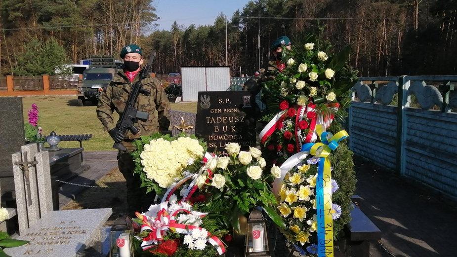 11. rocznica katastrofy smoleńskiej. Uroczystości przy grobie generała Tadeusza Buka