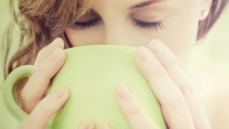 Jak ustalili uczeni z Harvard School of Public Health, kawa zawiera setki różnych związków, które korzystnie wpływają na zdrowie. Nic dziwnego, że picie jej w umiarkowanych ilościach zmniejsza ryzyko cukrzycy typu 2, parkinsona, jak również miażdżycy tętnic