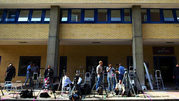 Fotoreporterzy i dziennikarze w szpitalu, w którym na świat przyjdzie potomek rodziny królewskiej