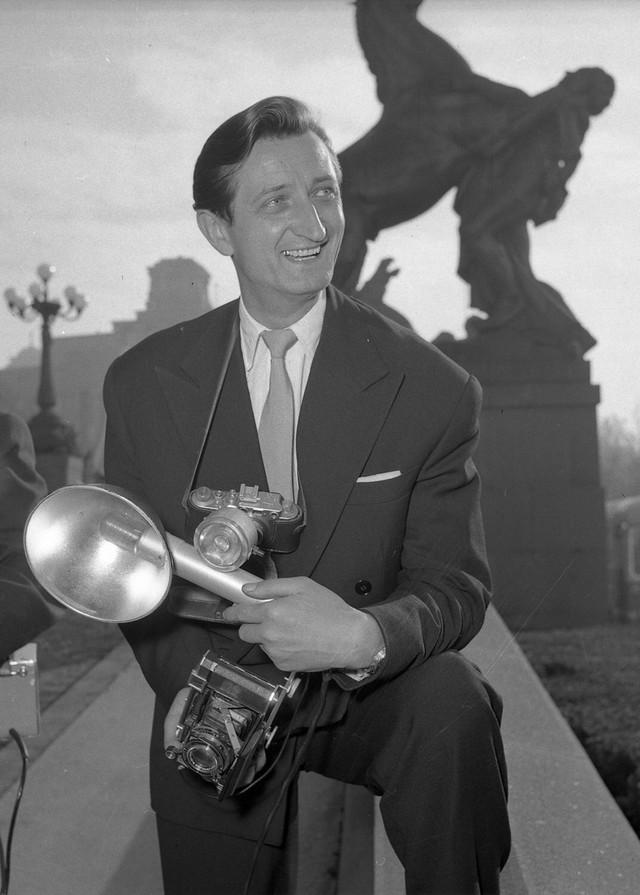 Stevan Kragujević ispred Skupštine 1960. godine