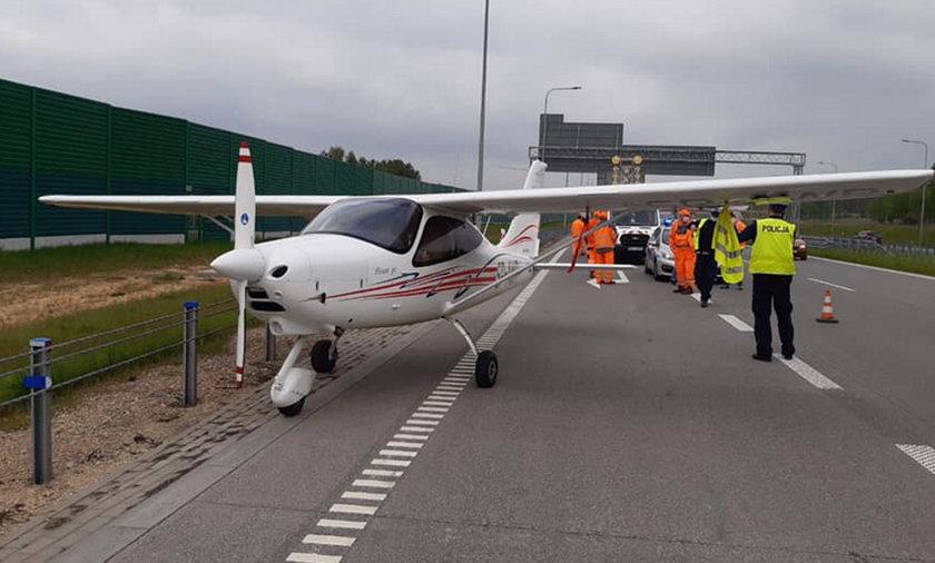 Awaryjne lądowanie awionetki na autostradzie A1. Niecodzienny widok.