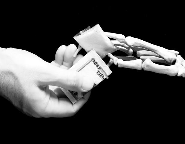 Bezpłatna, całodobowa infolinia Głównego Inspektora Sanitarnego Numer telefonu: 800 060 800 Pod ten numer mogą dzonić szukający pomocy rodzice. Można także podać informacje o osobach handlujących dopalaczami. Pracownicy infolinii Głównego Inspektora Sanitarnego poinformują o skutkach zażywania takich środków, oraz doradzą możliwe sposoby leczenia uzależnienia. Telefon Zaufania dla Dzieci i Młodzieży Numer telefonu:116 111 To telefon kontaktowy stworzony przez fundację Dzieci Niczyje z myślą o potrzebujących wsparcia nieletnich. Młodzież może porozmawiać o trapiących ją problemach. Według informacji podanej przez MEN w ubiegłym roku odebrano ponad 3200 rozmów dotyczących narkotyków. Telefon działa od godziny 12 do 22, możliwa jest także rozmowa przez internet na stronie www.116111.pl/napisz