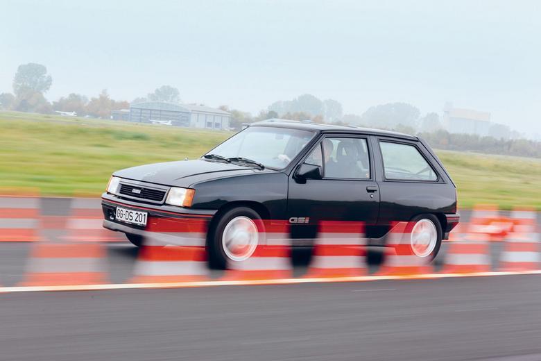 Opel w wielu dziedzinach jest naprawdę dobry, a tylko w nielicznych sobie  nie radzi. Sportowcy mogą go nie polubić.