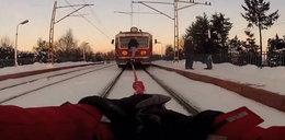 Idiotyzm roku! Zrobili kulig za pociągiem!