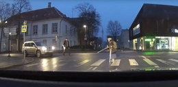 Kierowca chciał pomóc staruszce. Skończyło się o włos od tragedii