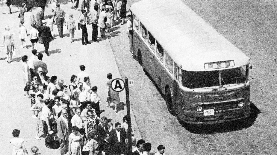 Zatłoczony przystanek autobusowy w stolicy, lata 60. (domena publiczna).