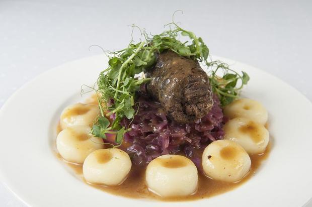 Rolada śląska z modrą kapustą i kluskami śląskimi w sosie pieczeniowym