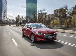 Hyundai Elantra 1.6 MPI 6AT - sedan w stylu azjatyckim