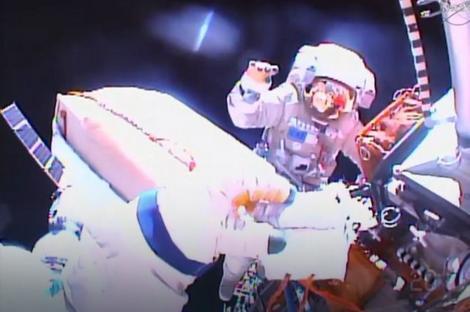 Ruski kosmonauti Sergej Volkov i Jurij Malenčenko u otvorenom svemiru