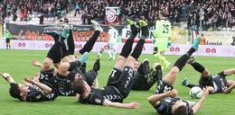 Piłkarze Polonii cieszą się po golu i pozdrawiają prezesa