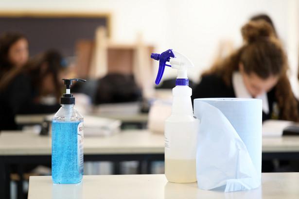Do szkoły może uczęszczać uczeń bez objawów chorobowych sugerujących infekcję dróg oddechowych oraz gdy domownicy nie przebywają w izolacji