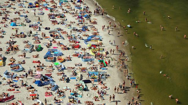 Tłum na plaży w Łebie nad Morzem Bałtyckim