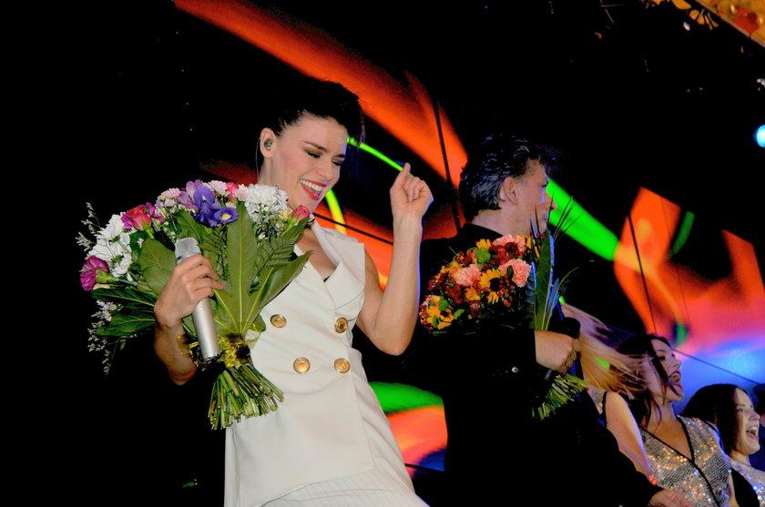 Natasza Urbańska i Janusz Józefowicz z kwiatami na scenie