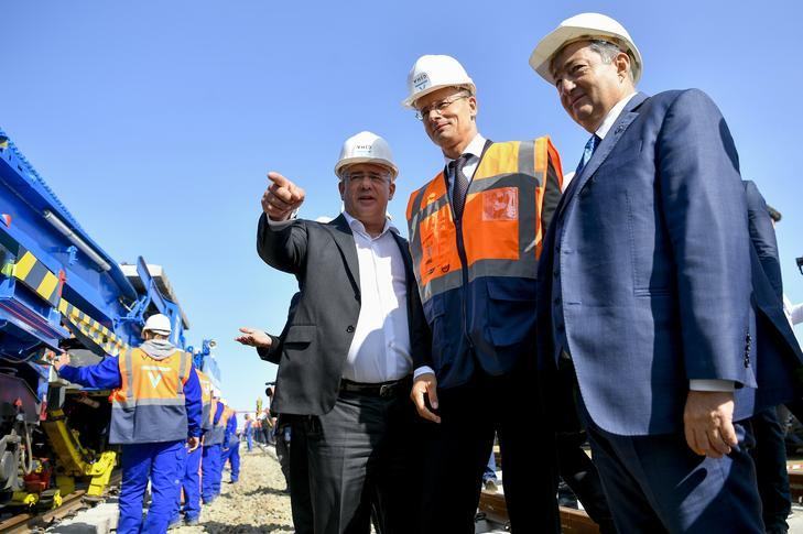 Ezen a képen Kósa Lajos Fidesz-alelnök (balról), Szijjártó Péter külügyminiszter és Mészáros Lőrinc látható 2020. szeptember 18-án: az üzletember kezén láthatóan nyoma sincs az ékszernek /Fotó: MTI - Czeglédi Zsolt