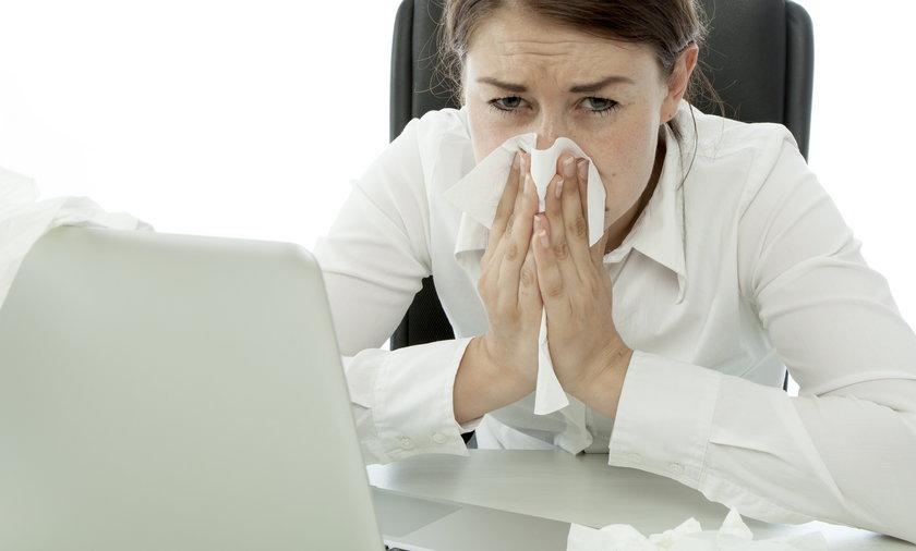 przeziębiona kobieta w biurze