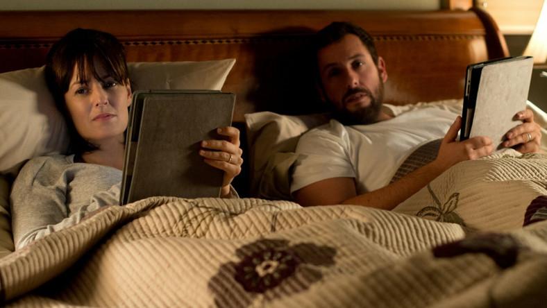 "Rosemarie DeWitt i Adam Sandler w filmie ""Uwiązani"""